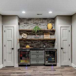 Foto di un angolo bar chic di medie dimensioni con nessun lavello, ante in stile shaker, ante grigie, paraspruzzi grigio, paraspruzzi in mattoni, pavimento rosso e top nero
