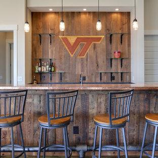 ローリーの中くらいのラスティックスタイルのおしゃれなウェット バー (ll型、フラットパネル扉のキャビネット、濃色木目調キャビネット、銅製カウンター) の写真