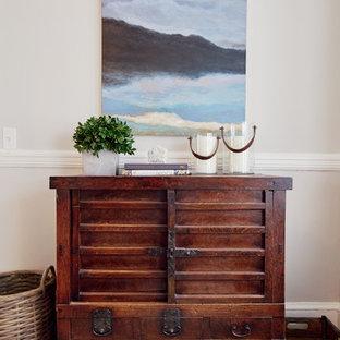 Inspiration pour un bar de salon style shabby chic de taille moyenne avec des tabourets, un sol en bois brun et un sol beige.