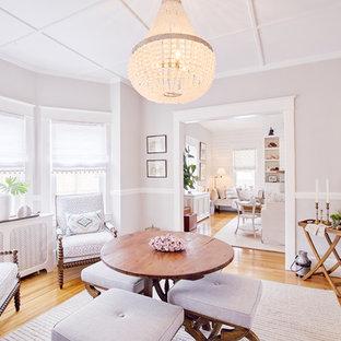 Cette photo montre un bar de salon romantique de taille moyenne avec des tabourets, un sol en bois brun et un sol beige.