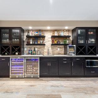 ワシントンD.C.の広いコンテンポラリースタイルのおしゃれな着席型バー (I型、アンダーカウンターシンク、シェーカースタイル扉のキャビネット、濃色木目調キャビネット、御影石カウンター、茶色いキッチンパネル、トラバーチンのキッチンパネル、磁器タイルの床、ベージュの床、グレーのキッチンカウンター) の写真