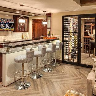 Foto di un bancone bar classico di medie dimensioni con lavello sottopiano, ante di vetro, ante in legno bruno, top in granito, paraspruzzi bianco, paraspruzzi con piastrelle in ceramica, pavimento in legno massello medio, pavimento marrone e top grigio
