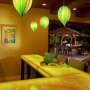 Foto di un grande bancone bar tropicale con top in onice