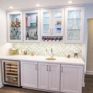 Ispirazione per un angolo bar con lavandino costiero di medie dimensioni con lavello sottopiano, ante in stile shaker, ante bianche, top in quarzite, paraspruzzi multicolore, paraspruzzi con piastrelle di vetro, parquet scuro, pavimento marrone e top bianco