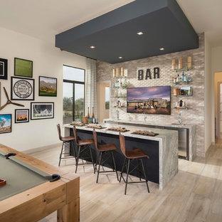 Immagine di un armadio bar contemporaneo con lavello sottopiano, paraspruzzi beige, pavimento beige e top grigio