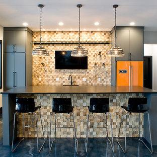 他の地域の広いインダストリアルスタイルのおしゃれな着席型バー (アンダーカウンターシンク、フラットパネル扉のキャビネット、グレーのキャビネット、クオーツストーンカウンター、マルチカラーのキッチンパネル、木材のキッチンパネル、コンクリートの床、青い床、黒いキッチンカウンター) の写真