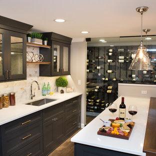 シカゴの中くらいのトランジショナルスタイルのおしゃれなウェット バー (ll型、アンダーカウンターシンク、ガラス扉のキャビネット、黒いキャビネット、クオーツストーンカウンター、マルチカラーのキッチンパネル、セラミックタイルのキッチンパネル、無垢フローリング、茶色い床、マルチカラーのキッチンカウンター) の写真