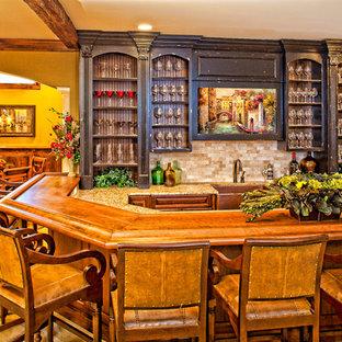 Esempio di un angolo bar classico con moquette, ante con bugna sagomata, ante in legno bruno, top in legno, paraspruzzi beige, paraspruzzi con piastrelle a mosaico e top marrone