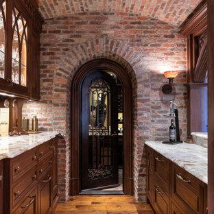 アトランタの中くらいのトラディショナルスタイルのおしゃれなドライ バー (ll型、レイズドパネル扉のキャビネット、中間色木目調キャビネット、無垢フローリング、茶色い床、グレーのキッチンカウンター) の写真