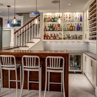 シカゴのトラディショナルスタイルのおしゃれなウェット バー (L型、オープンシェルフ、白いキャビネット、ガラスカウンター、白いキッチンパネル、サブウェイタイルのキッチンパネル) の写真