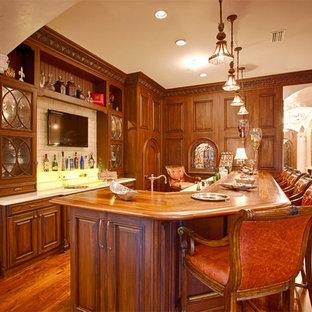 マイアミの中くらいのラスティックスタイルのおしゃれな着席型バー (L型、インセット扉のキャビネット、中間色木目調キャビネット、木材カウンター、ベージュキッチンパネル、石タイルのキッチンパネル) の写真