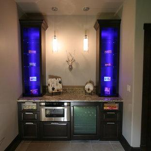 デンバーの小さいトランジショナルスタイルのおしゃれなウェット バー (レイズドパネル扉のキャビネット、濃色木目調キャビネット、I型、御影石カウンター、セラミックタイルの床) の写真