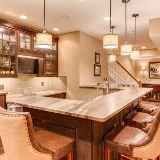 ワシントンD.C.の中くらいのトラディショナルスタイルのおしゃれなウェット バー (コの字型、レイズドパネル扉のキャビネット、御影石カウンター、ガラスタイルのキッチンパネル、無垢フローリング) の写真