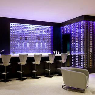 Idéer för stora funkis l-formade grått hemmabarer med stolar, med stänkskydd i glaskakel, travertin golv och beiget golv