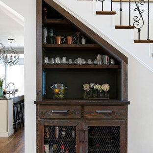 Idee per un angolo bar chic con nessun lavello, ante in stile shaker, ante in legno bruno, top in legno, paraspruzzi marrone e parquet chiaro