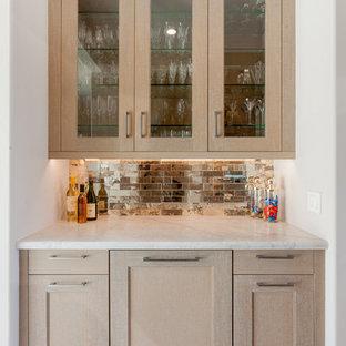 На фото: маленький линейный домашний бар в стиле современная классика с светлыми деревянными фасадами, столешницей из гранита, фартуком из зеркальной плитки, полом из керамической плитки, бежевым полом и фасадами с утопленной филенкой с