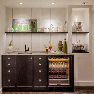 シカゴのトランジショナルスタイルのおしゃれなウェット バー (アンダーカウンターシンク、黒いキャビネット、ステンレスカウンター、白いキッチンパネル、木材のキッチンパネル、濃色無垢フローリング、フラットパネル扉のキャビネット) の写真
