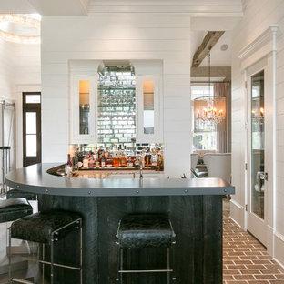Idee per un armadio bar chic con ante bianche, paraspruzzi con piastrelle di vetro, pavimento in legno massello medio e pavimento marrone