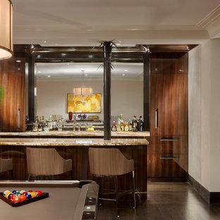 ニューヨークの中くらいのトランジショナルスタイルのおしゃれな着席型バー (ll型、フラットパネル扉のキャビネット、濃色木目調キャビネット、オニキスカウンター、濃色無垢フローリング) の写真
