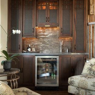 Immagine di un angolo bar con lavandino stile americano di medie dimensioni con lavello sottopiano, ante in stile shaker, ante in legno bruno, top in acciaio inossidabile, paraspruzzi beige, paraspruzzi con piastrelle a listelli e parquet scuro