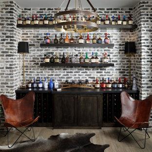 Immagine di un angolo bar senza lavandino chic di medie dimensioni con mensole sospese, ante in legno bruno, paraspruzzi grigio, paraspruzzi in mattoni, pavimento in laminato, pavimento marrone e top nero