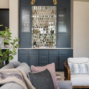 フェニックスの小さいサンタフェスタイルのおしゃれなホームバー (I型、シンクなし、シェーカースタイル扉のキャビネット、青いキャビネット、メタルタイルのキッチンパネル、白いキッチンカウンター) の写真