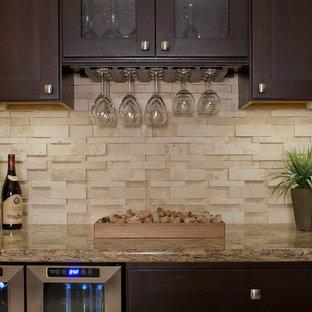 Idee per un grande armadio bar design con ante in stile shaker, ante in legno bruno, top in granito, paraspruzzi beige, paraspruzzi con piastrelle in pietra e pavimento in travertino