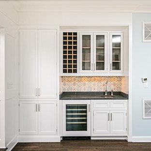 ニューヨークの小さいトラディショナルスタイルのおしゃれなウェット バー (I型、アンダーカウンターシンク、インセット扉のキャビネット、白いキャビネット、ソープストーンカウンター、マルチカラーのキッチンパネル、テラコッタタイルのキッチンパネル、濃色無垢フローリング、黒いキッチンカウンター) の写真