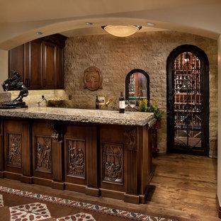 Immagine di un angolo bar con lavandino mediterraneo di medie dimensioni con ante in legno bruno, ante con bugna sagomata, top in cemento, paraspruzzi beige, parquet scuro, pavimento marrone e paraspruzzi con piastrelle in pietra