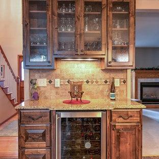 Esempio di un piccolo angolo bar con lavandino tradizionale con nessun lavello, ante di vetro, ante in legno bruno, top in granito, paraspruzzi beige, paraspruzzi con piastrelle in pietra, pavimento in travertino e pavimento marrone