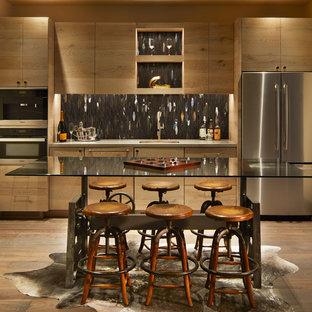 Esempio di un grande angolo bar con lavandino rustico con lavello sottopiano, ante lisce, paraspruzzi grigio, paraspruzzi con piastrelle di metallo, pavimento in legno massello medio, ante in legno scuro, pavimento marrone, top grigio e top in vetro