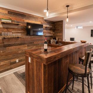 フィラデルフィアの広いラスティックスタイルのおしゃれなウェット バー (L型、ドロップインシンク、ヴィンテージ仕上げキャビネット、木材カウンター、茶色いキッチンパネル、塗装板のキッチンパネル、グレーの床、茶色いキッチンカウンター) の写真