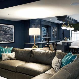 Foto di un grande angolo bar con lavandino chic con ante di vetro, ante blu, top in quarzo composito, parquet scuro, pavimento marrone e top bianco