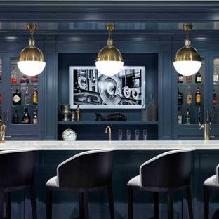 シカゴの広いトランジショナルスタイルのおしゃれなウェット バー (I型、ガラス扉のキャビネット、青いキャビネット、クオーツストーンカウンター、濃色無垢フローリング、茶色い床、白いキッチンカウンター) の写真