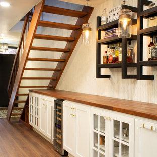 フィラデルフィアの中くらいのコンテンポラリースタイルのおしゃれなドライ バー (I型、シンクなし、白いキャビネット、木材カウンター) の写真