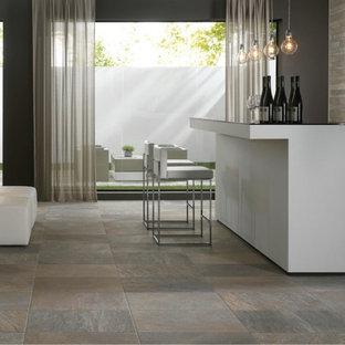 Ispirazione per un bancone bar contemporaneo con top in onice, pavimento in ardesia e pavimento grigio