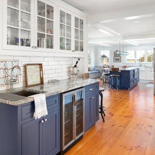 Idee per un angolo bar con lavandino classico di medie dimensioni con lavello sottopiano, ante in stile shaker, ante blu, paraspruzzi bianco, paraspruzzi con piastrelle diamantate, pavimento in legno massello medio, pavimento marrone e top grigio