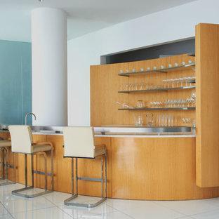 ダラスのモダンスタイルのおしゃれな着席型バー (コの字型、オープンシェルフ、ステンレスカウンター、オレンジのキッチンパネル、木材のキッチンパネル、白い床) の写真