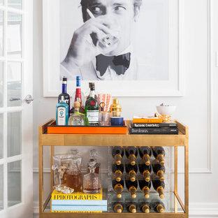 Modelo de bar en casa con carrito de bar lineal, tradicional renovado, pequeño, sin pila, con armarios abiertos, suelo de madera oscura y suelo marrón