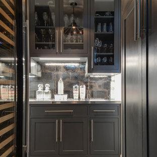 デンバーの中くらいのトランジショナルスタイルのおしゃれなホームバー (グレーのキャビネット、茶色いキッチンパネル、ステンレスカウンター、セラミックタイルのキッチンパネル、セラミックタイルの床、グレーの床、グレーのキッチンカウンター、シェーカースタイル扉のキャビネット) の写真