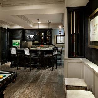 Cette photo montre un très grand bar de salon moderne en U avec un placard avec porte à panneau surélevé, des portes de placard en bois sombre, un plan de travail en onyx, une crédence marron, une crédence en bois, un sol en bois clair, un sol marron et un plan de travail beige.