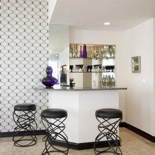 ニューヨークのエクレクティックスタイルのおしゃれなホームバーの写真