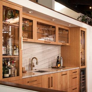 シアトルの中くらいのコンテンポラリースタイルのおしゃれなウェット バー (I型、アンダーカウンターシンク、フラットパネル扉のキャビネット、淡色木目調キャビネット、木材カウンター、グレーのキッチンパネル、石スラブのキッチンパネル、磁器タイルの床、グレーの床、グレーのキッチンカウンター) の写真