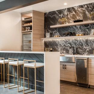 Idee per un angolo bar minimal con lavello sottopiano, ante lisce, ante in legno chiaro, paraspruzzi grigio, paraspruzzi in marmo, pavimento grigio e top bianco