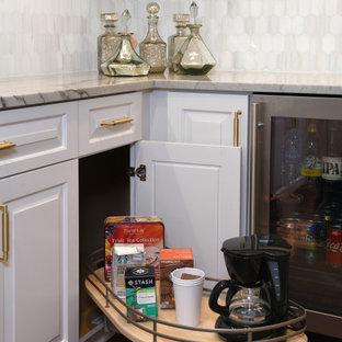ヒューストンの中くらいのエクレクティックスタイルのおしゃれなウェット バー (L型、アンダーカウンターシンク、レイズドパネル扉のキャビネット、白いキャビネット、大理石カウンター、グレーのキッチンパネル、セメントタイルのキッチンパネル、濃色無垢フローリング、茶色い床、グレーのキッチンカウンター) の写真