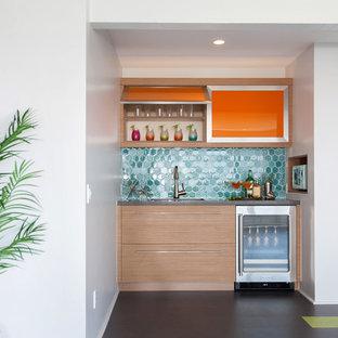 Идея дизайна: линейный домашний бар в современном стиле с мойкой, плоскими фасадами, фасадами цвета дерева среднего тона и синим фартуком
