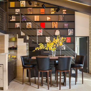 Foto de bar en casa con barra de bar actual, pequeño, con suelo de madera clara