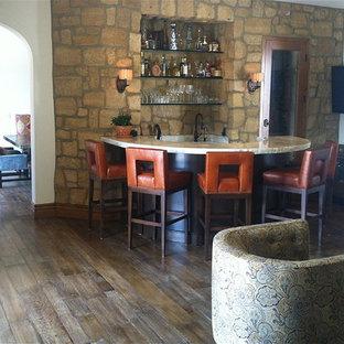 オレンジカウンティの中くらいの地中海スタイルのおしゃれな着席型バー (アンダーカウンターシンク、茶色いキッチンパネル、無垢フローリング、茶色い床) の写真