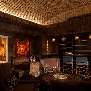 Idee per un grande bancone bar chic con nessun'anta e paraspruzzi in mattoni