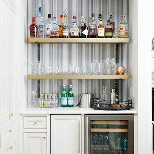 Esempio di un angolo bar chic con nessun lavello, paraspruzzi multicolore e ante con riquadro incassato